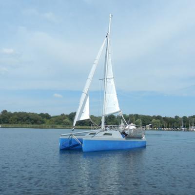 Der Segelkatamaran OLAF Saildream 1 auf dem Wasser.